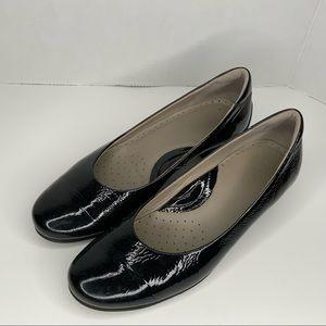 Ecco black patent leather comfortable shoes.